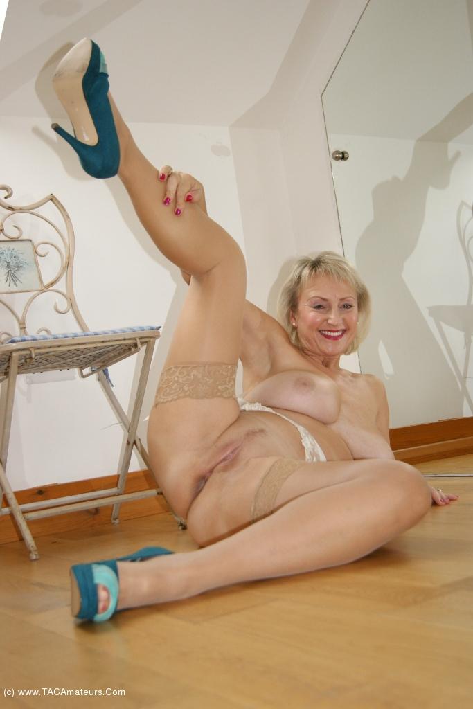 image Uk amateur masturbates her mermaid pussy