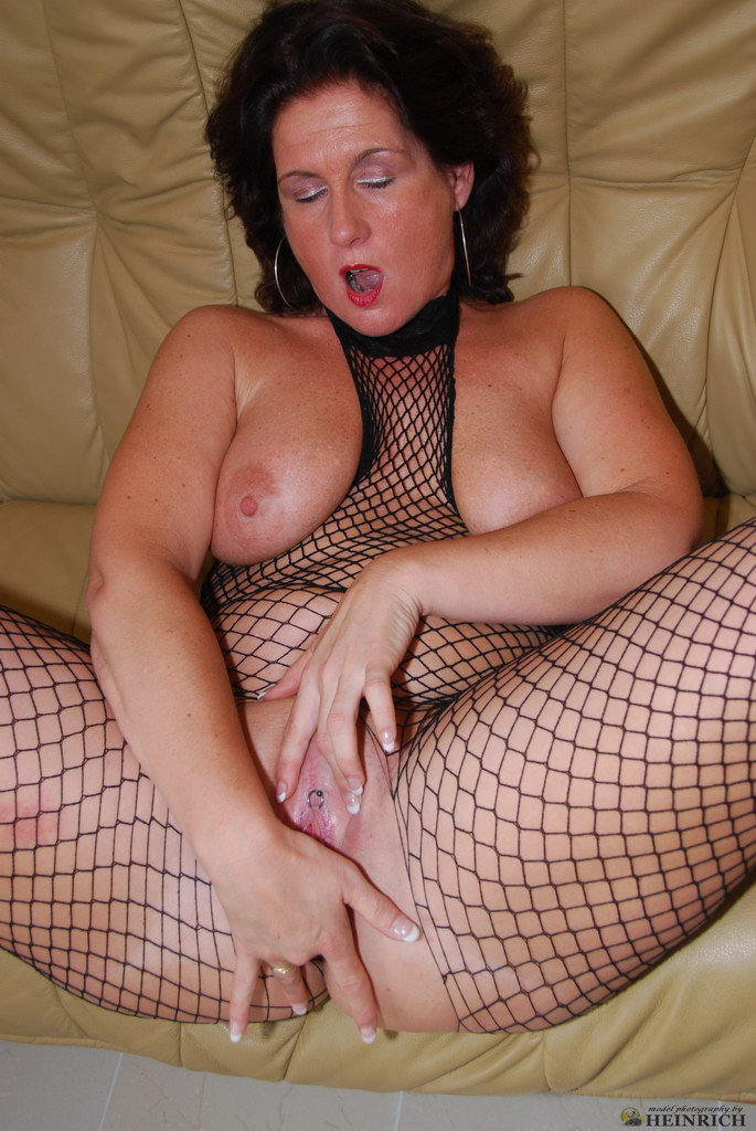 image British milf janey loves dildoing her hairy muff