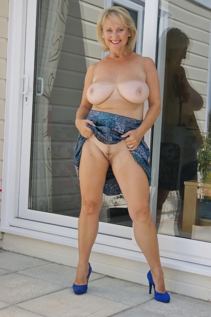 curvy naked girls sucking cocks